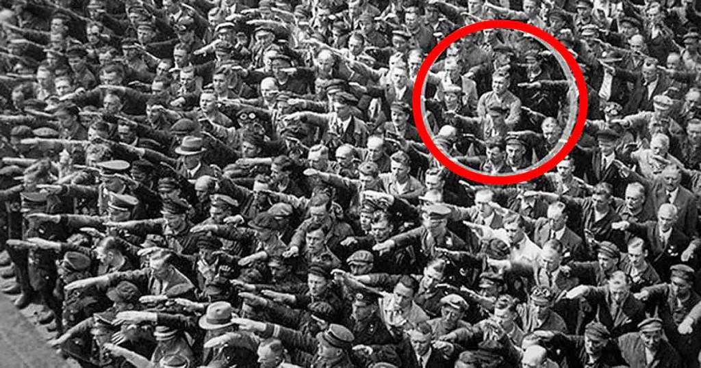 Den 26-årige August Landmesser vägrade vara en del av Hitlers propgandamaskin. När bilden togs 13 juni 1936 hade han har precis fått veta att han inte får gifta sig med sin fästmö Irma Eckler, då hon klassificerats som judinna. Foto: Public domain