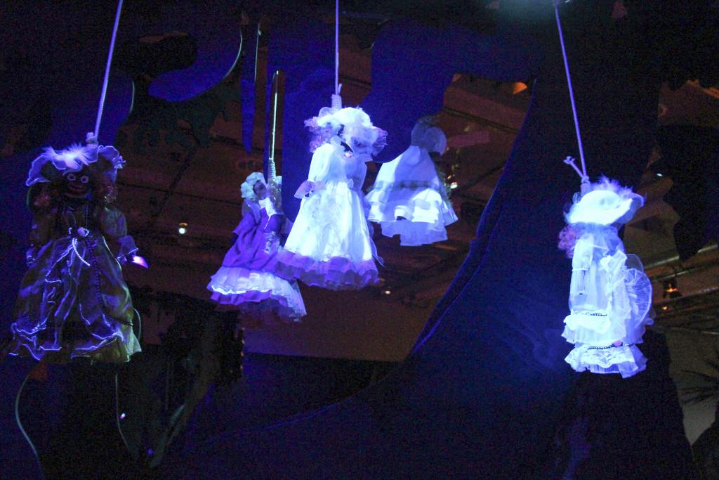 """Hängda kvinnor dinglar leende i träden med tjusiga kläder och de hårda repsnaror de har runt halsen ger mig associationer till Billie Holidays sorgesamma sång """"Strange fruit"""", skriver Nike Markelius. Foto: Kulturhuset Stockholm."""