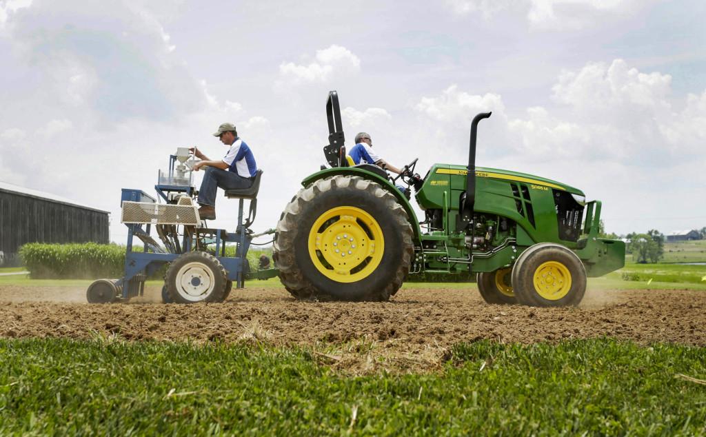 Två amerikanska jordbrukare sår industrihampa i Kentucky. Fram till helt nyligen var det förbjudet att odla hampa i USA och regelverket är fortfarande snårigt. Foto: Pablo Alcala/The Lexington Herald-Leader/AP Photo/TT.