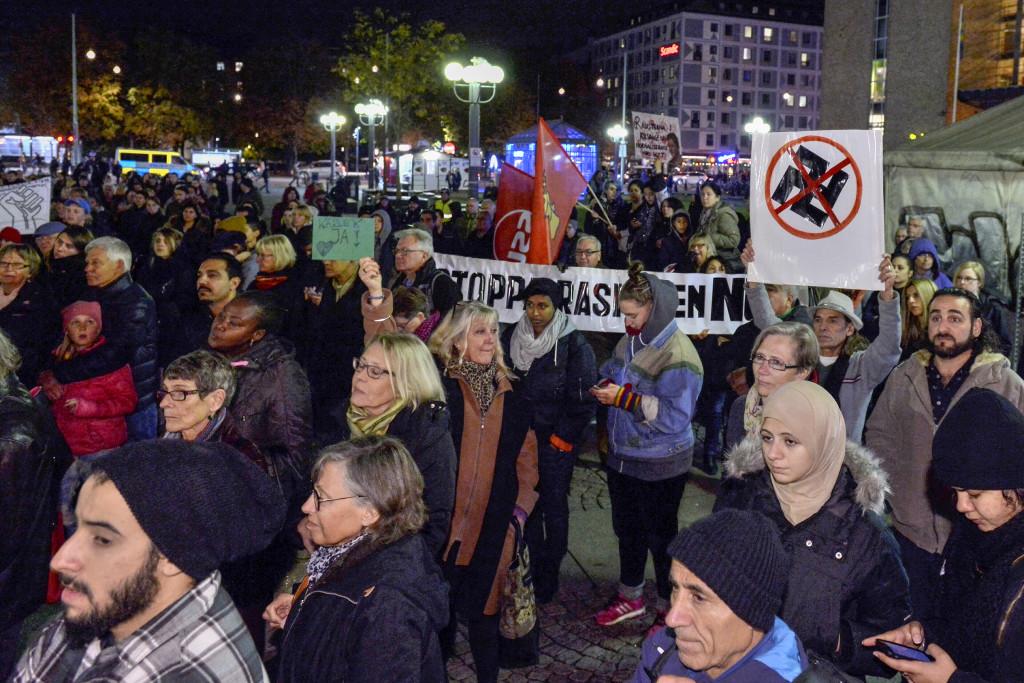 En manifestation mot rasism på Medborgarplatsen i Stockholm i oktober 2015. Vi är inte på väg mot nazismen, men kanske mot ett kallare samhälle, skriver Ulf Bodach Söderström. Foto: Claudio Bresciani/TT.
