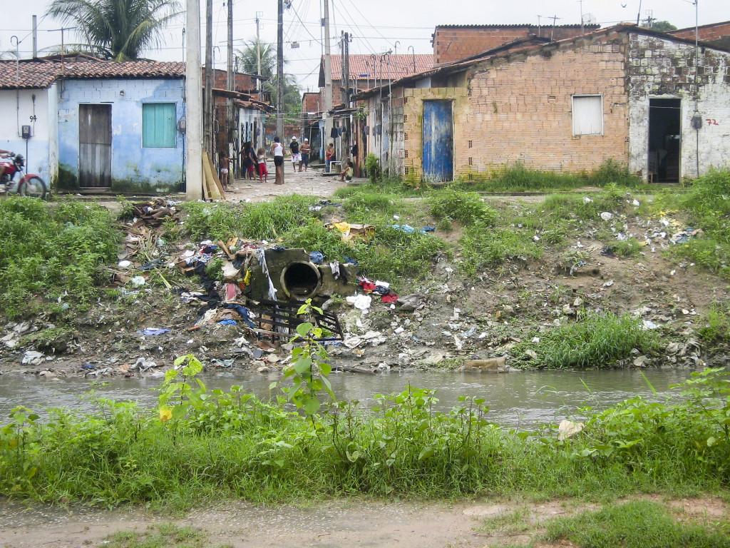 Kvarteret Bom Jardim i storstaden Fortaleza i nordöstra Brasilien, den region som drabbats hårdast av zikaviruset. Bristen på ordentliga avlopp och dumpningen av sopor längs stadens floder har skapat perfekta förhållanden för de mygglarver som frodas i stillastående vatten. Foto: Mario Osava/IPS.