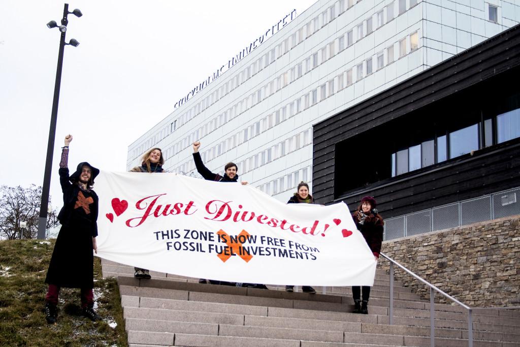 """På bilden syns glada medlemmar från Symbios och Fossil Free Stockholms universitet som länge kampanjat för ett stopp på universitetets fossila investeringar. Arbetet är en del i en global """"divesterings""""-rörelse och liknande kampanjer pågår på många håll. Foto: Cornelia Thomasson."""