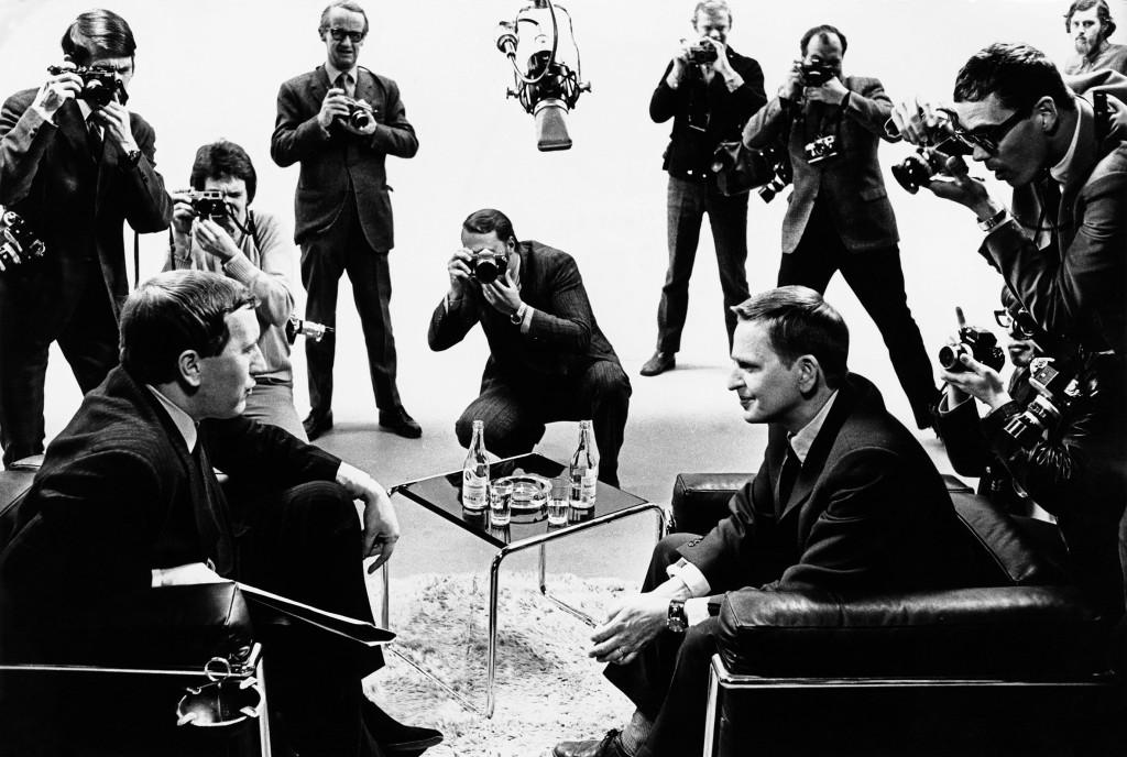 Engelske TV-profilen David Frost intervjuar utbildningsminister Olof Palme 1969. Palme var en poltiker med många sidor och i minnesbilden av honom finns allt från smutsiga vapenaffärer till jämställdhetsreformer. Foto: Jan Collsiöö/TT.