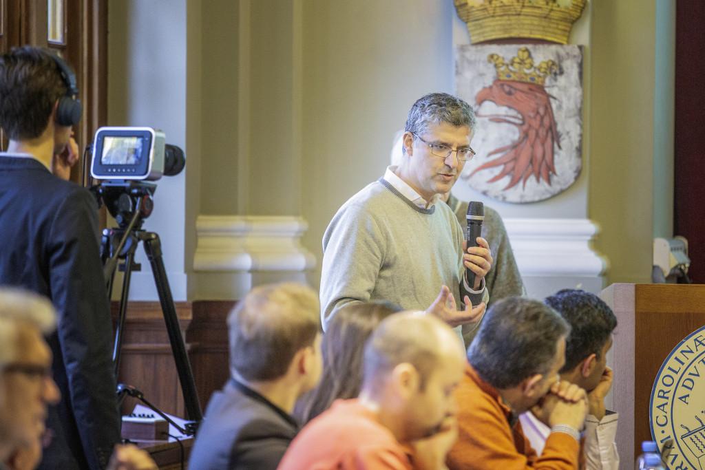 Exilforskare från konfliktområden i Mellanöstern samlades förra veckan i Lund för att dra igång ett forskningsprojekt om hur raserade städer ska kunna återuppbyggas. Initiativtagaren Tareq Emtairah håller i mikrofonen. Foto: Håkan Röjder.