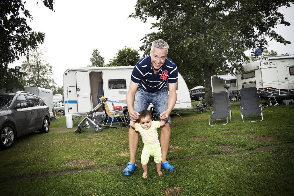 Robert Skoglund och hans dotter Alwina, som föddes av en surrogatmamma i Indien. Foto: Ingvar Karmhed/TT.