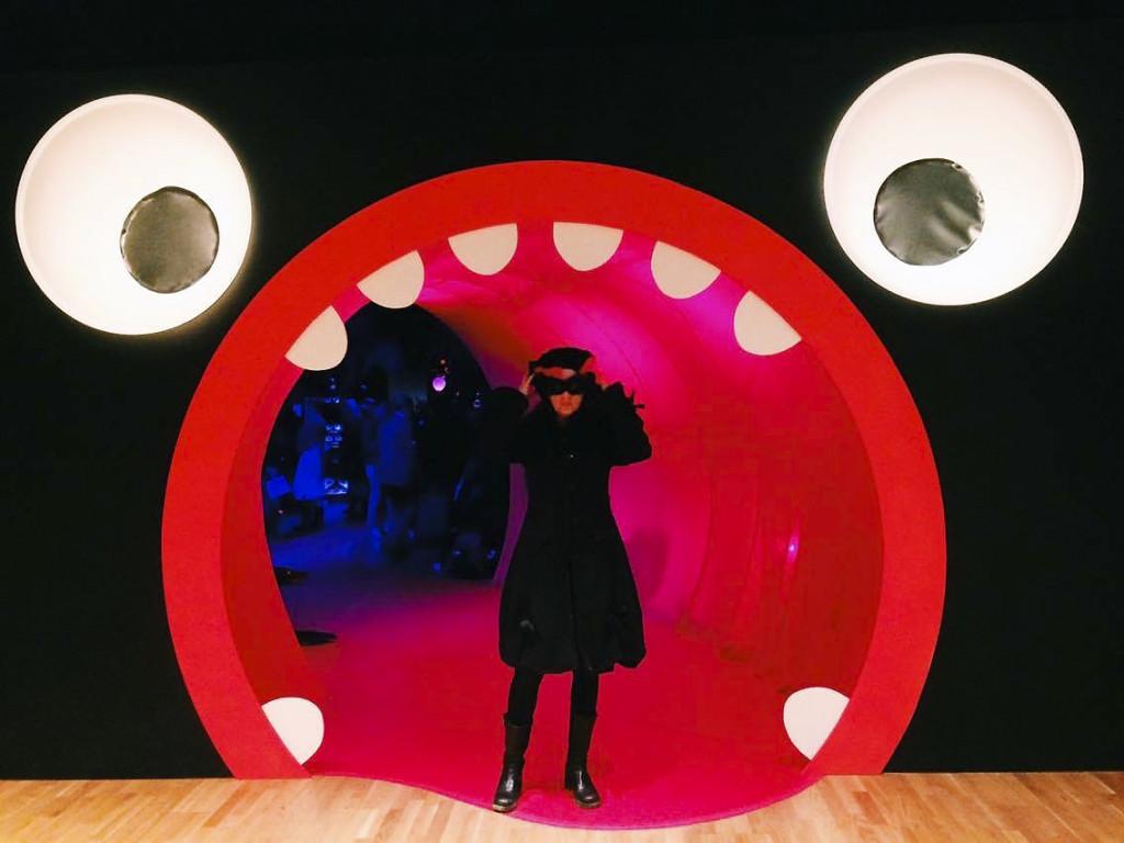 """""""Vid ingången till utställningen får vi sätta på oss våra medhavda masker, alternativt använda de papperspåsar Kulturhuset tillhandahåller""""."""