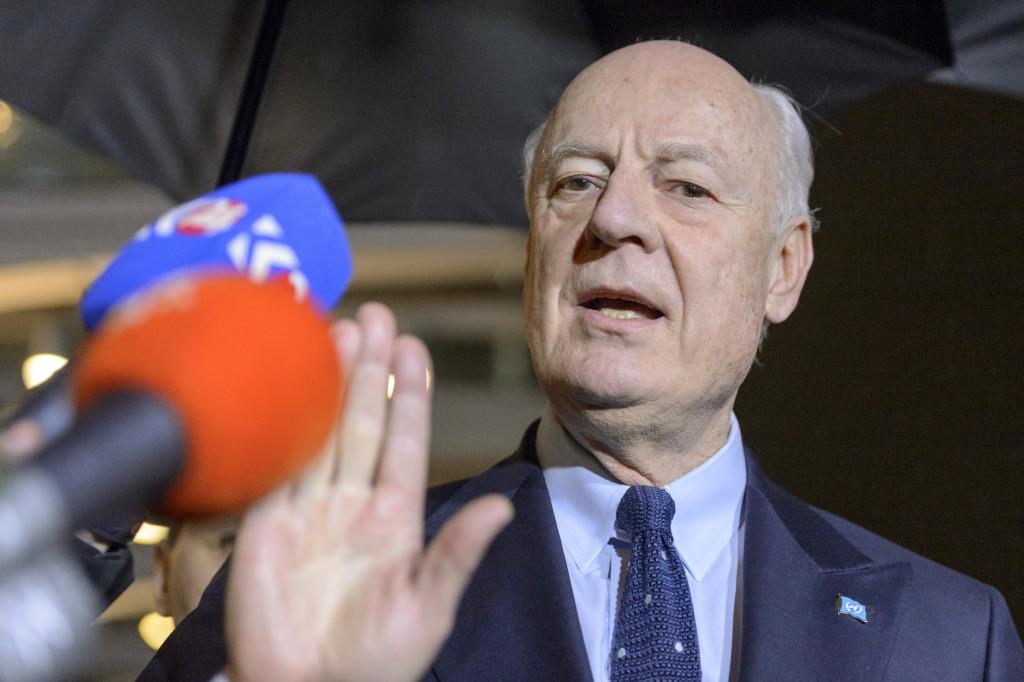 FNs sändebud Staffan de Mistura möter pressen efter att Syriensamtalen avbröts. Foto: Martial Trezzin/Keystone via AP/TT.