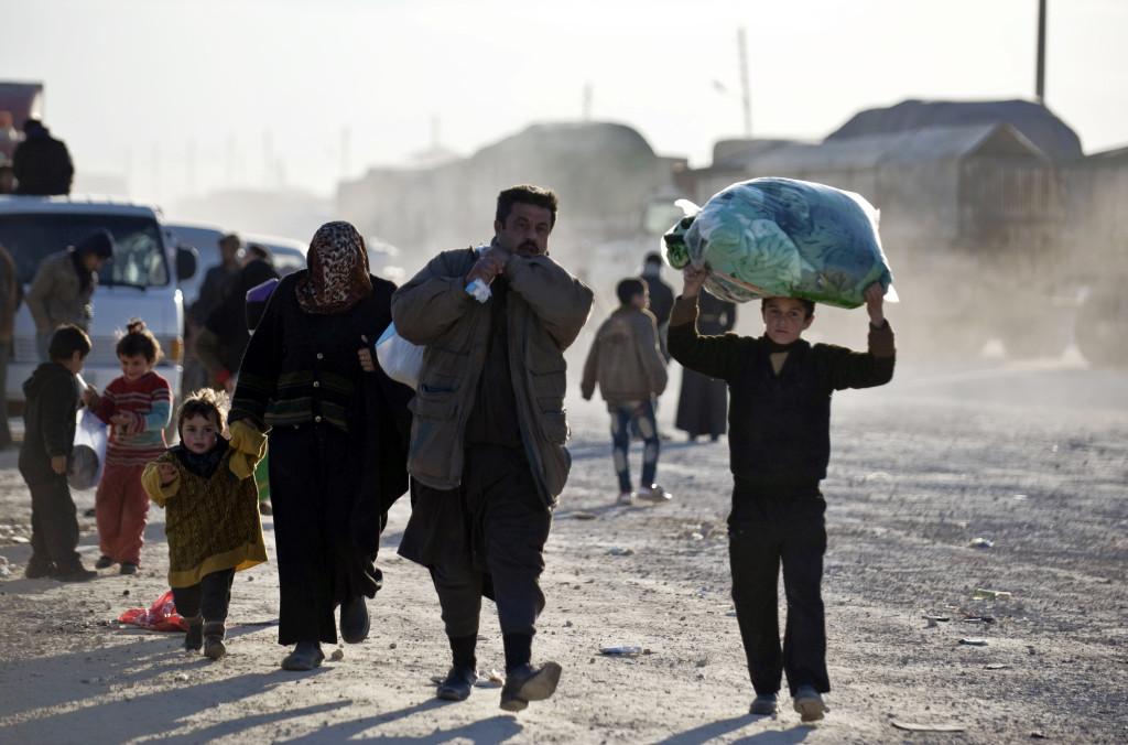 Människor på flykt från kriget i Syrien anländer till den tyrkiska gränsen. Foto: Depo Photos via AP/TURKEY OUT/TT.