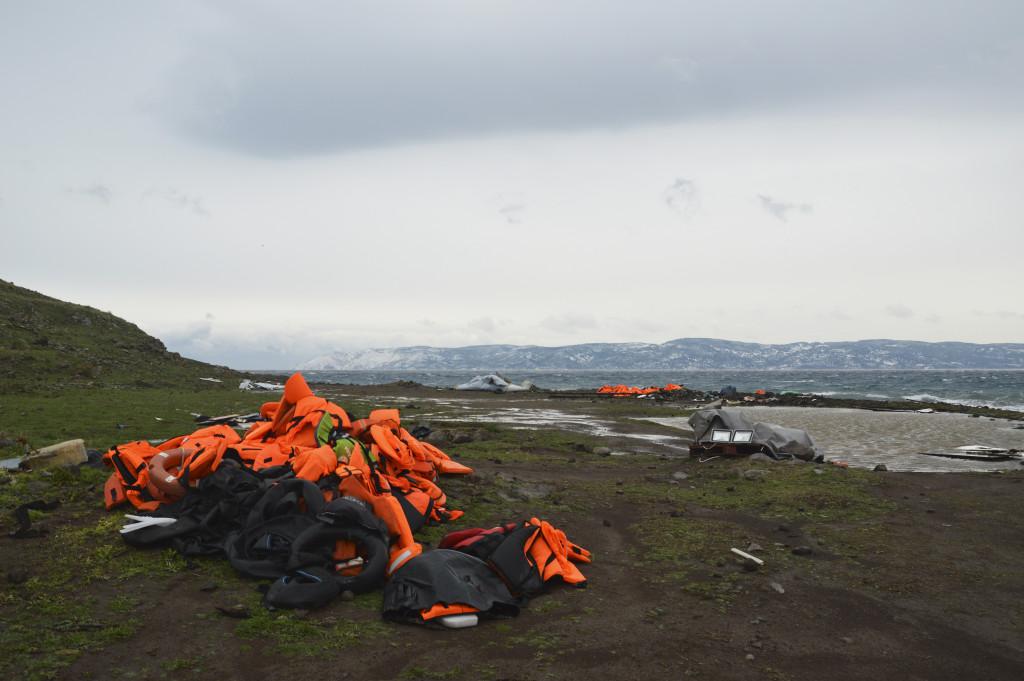 Överallt på ön Lesbos ligger högar av flytvästar från flyktingarna som kommit i små båtar över havet. 374 personer har hittills i år dött på havet under sin flykt till Europa.