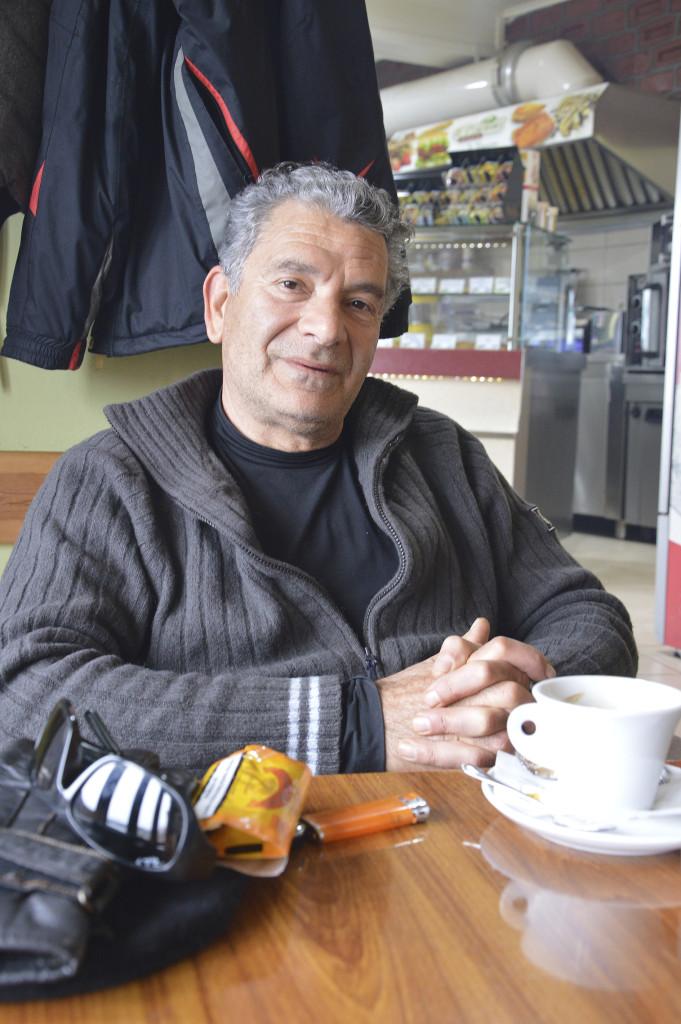 Georgios berättar att det under de senaste tjugo åren har kommit flyktingar över havet till Lesbos men i somras bleva situationen svårhanterlig.