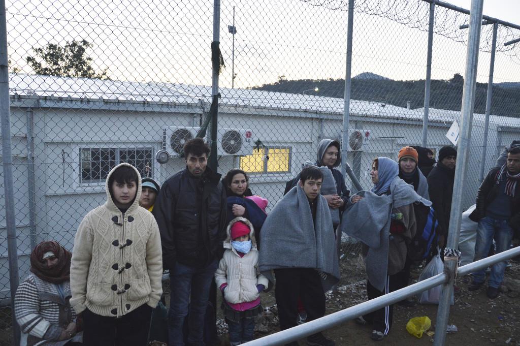 Nyanlända köar på flyktingcentret Moria för att få sina papper.