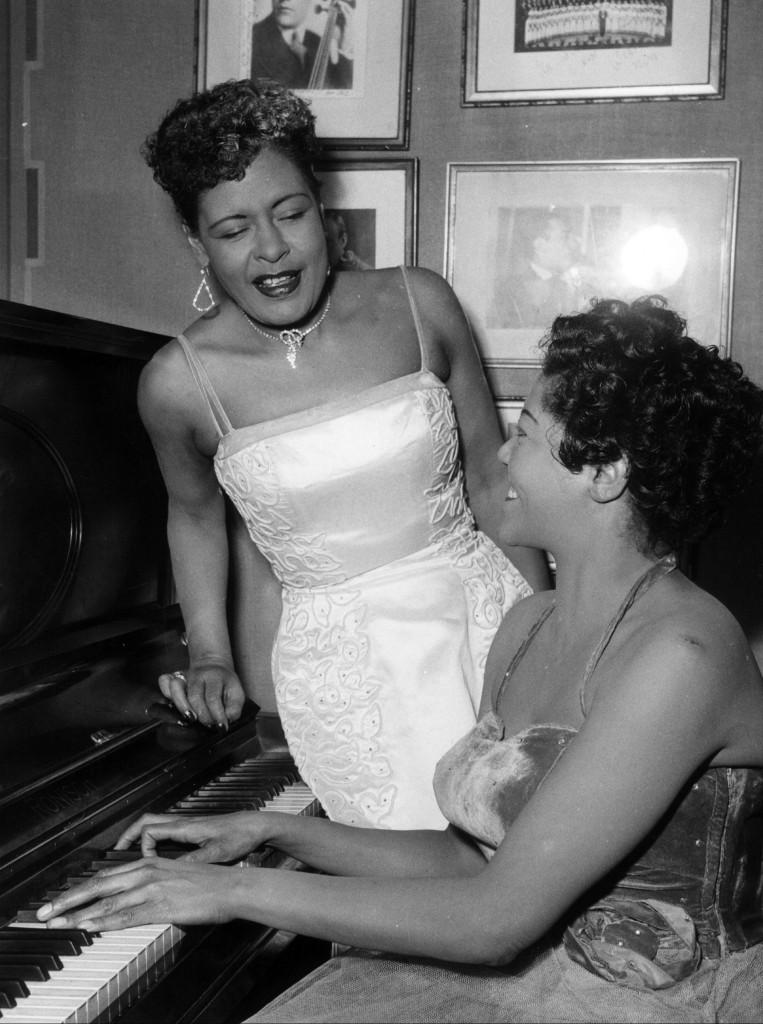 Billie Holiday sjunger med en okänd pianist. Fotot är från 1954. Foto: TT.