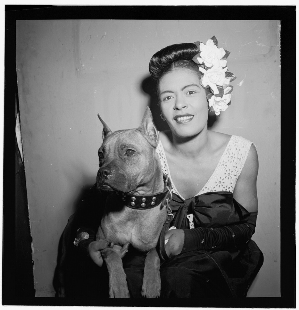 Billie Holiday med sin hund Mister. Foto: William P Gottlieb.