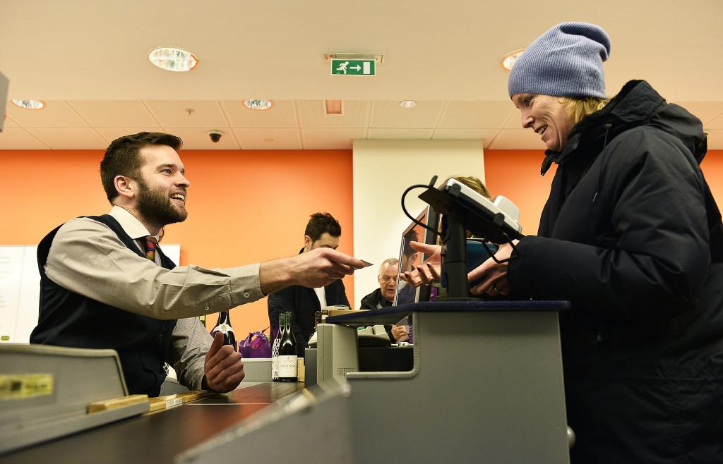 Folkhälsominister Gabriel Wikström praktiserade på Systembolaget en dag i januari 2015. I Annette Chapiglianis Sverige hade han fått sälja även andra droger än alkohol. Foto: Anders Wikström/TT.