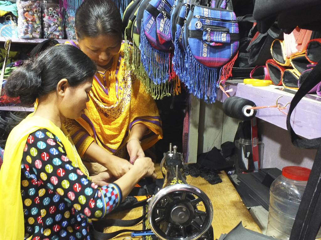 Cheya Chakma (t h) tillsammans med en av sina anställda i sin souvenirbutik i distriktet Rangamati. Foto:Naimul Haq/IPS.