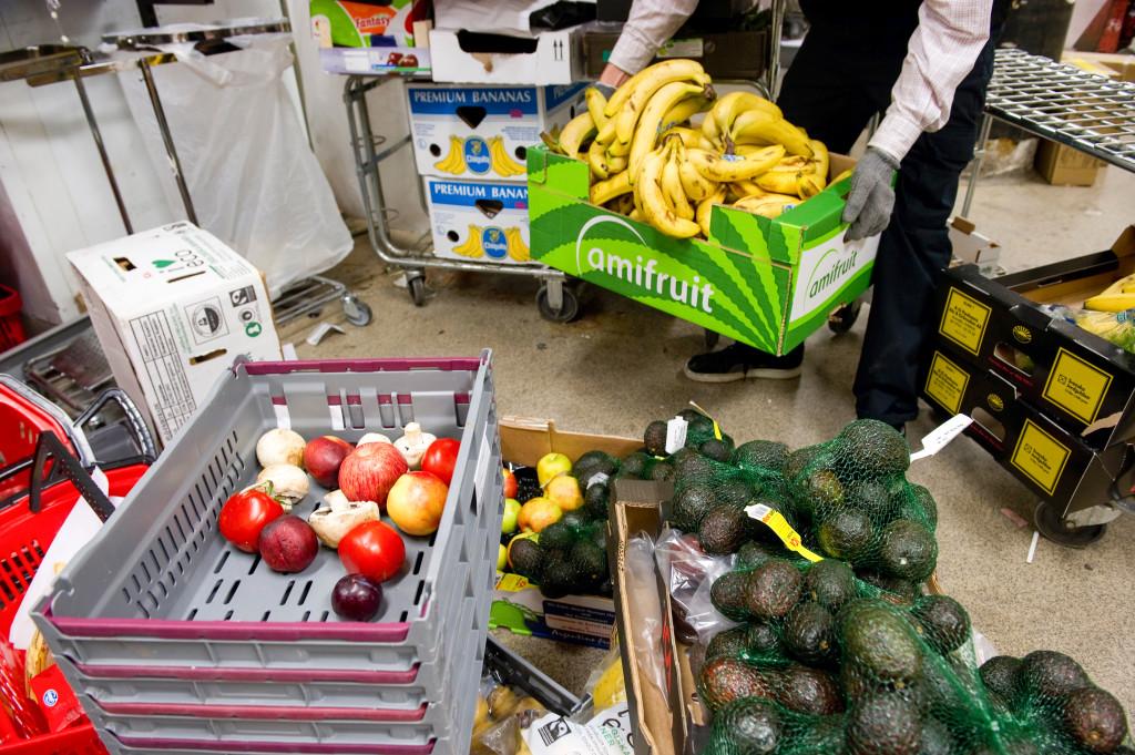 Svenska matbutiker slänger gammal eller skadad mat för ett par miljarder kronor om året. Mat som har skönhetsfläckar eller har passerat bäst-före-datumet sorteras ut. Foto: Fredrik Sandberg/TT.