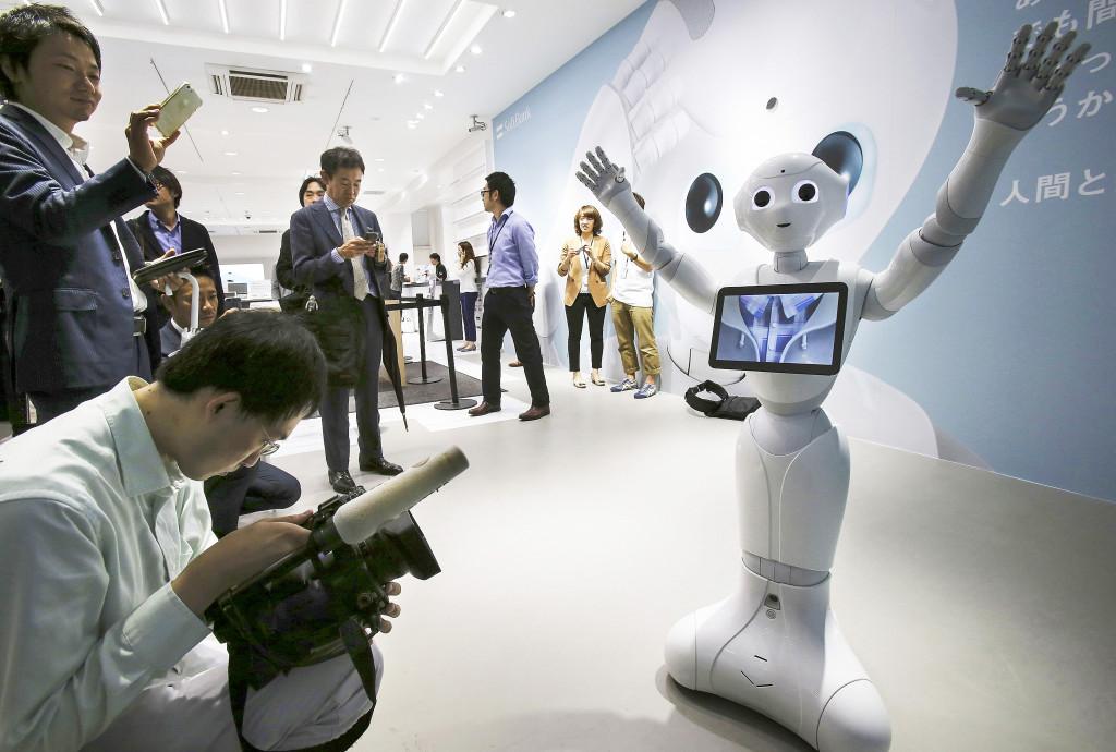 Den empatiska roboten Pepper håller presskonferens i Tokyo i februari 2015. Framtidens robotar kan bli betydligt mer självständiga än dagens, och då blir de potentiellt farliga, anser Olle Häggström. Foto: Koji Sasahara/AP/TT.