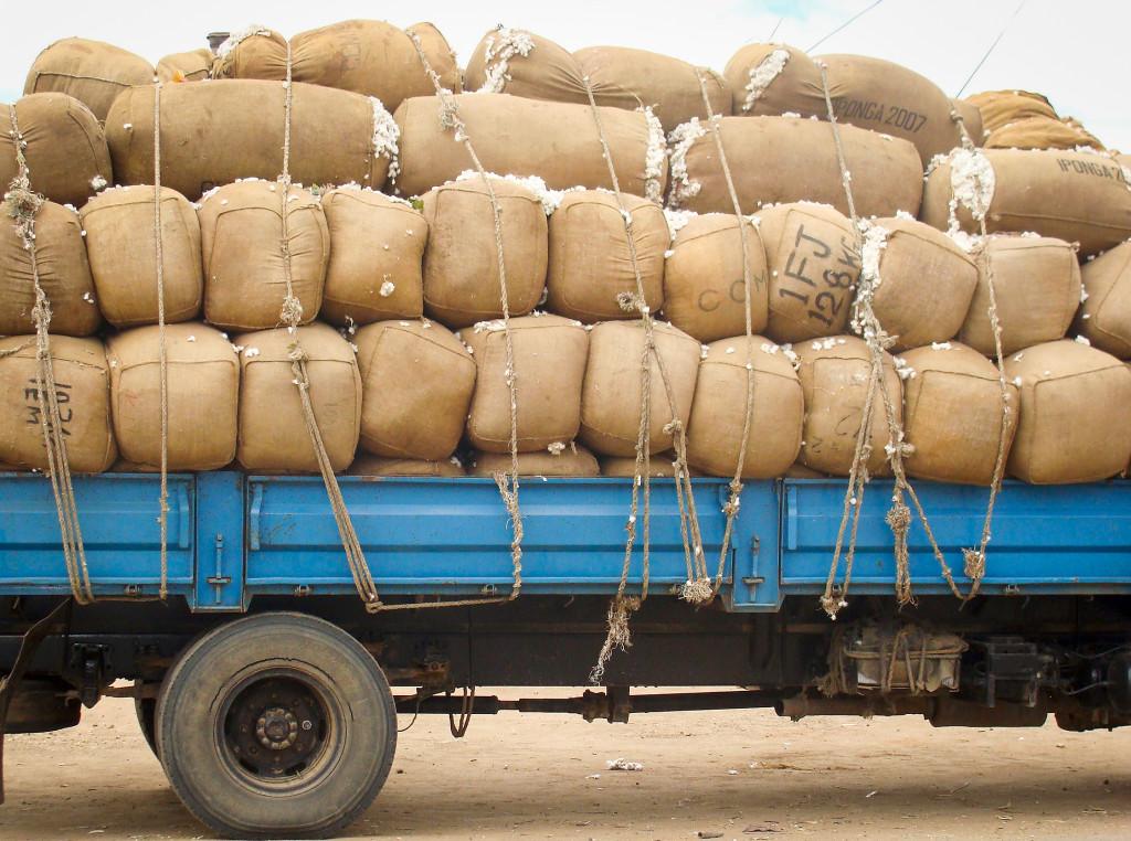 Bomullsbalar i Malawi. I dag utgör handeln mellan de afrikanska staterna bara 13 procent av kontinentens totala handel. Foto: Claire Ngozo/IPS.