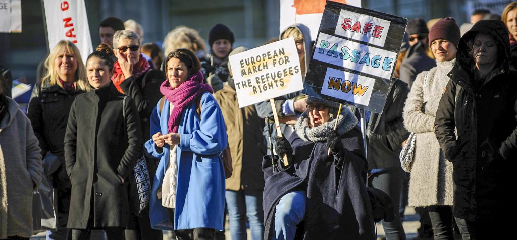 Världen över demonstrerades det i lördags för bättre villkor för flyktingarna. Bilden är från Medborgarplatsen i Stockholm. Foto: Fredrik Strandin.