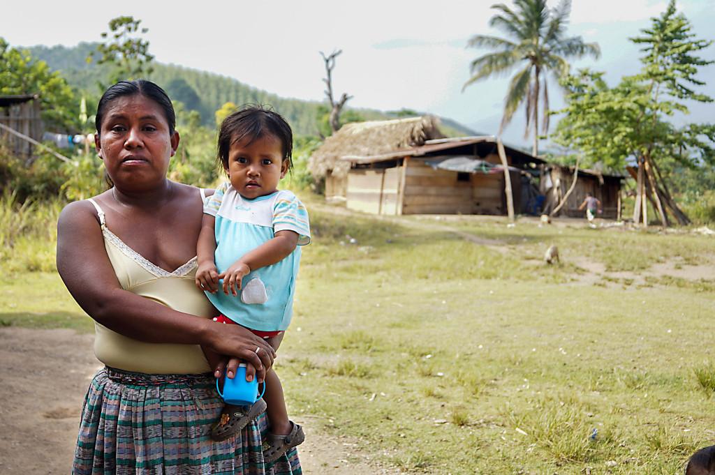 Dominga Caals dotter är undernärd och kan varken gå eller prata fastän hon är 3 år. Dominga representerar byn när hon säger att hon kräver att regeringen tar sitt ansvar.