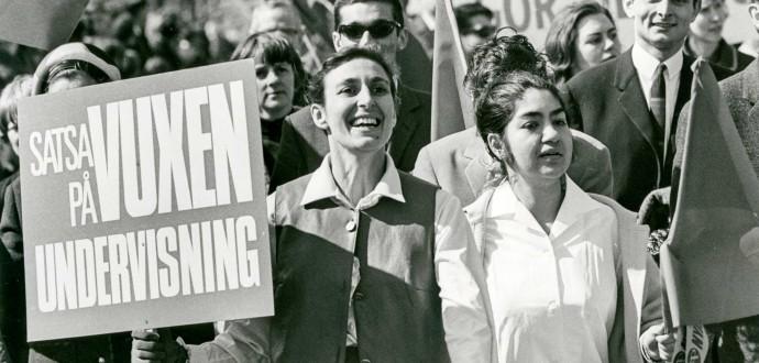 Först 1959 fick romska barn rätt att gå i skolan. Katarina Taikon (med plakat) kämpade för den rätten och även för att vuxna romer skulle få utbildning. Fotot är från 1 maj 1965. Foto: Ragnhild Haarstad/TT.