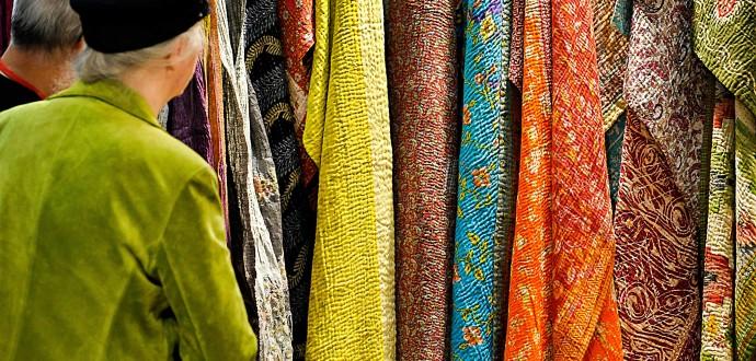 De textilprodukter du inte köper är de bästa för miljön. Många gånger räcker det att titta och känna. Foto: Janerik Henriksson/TT.