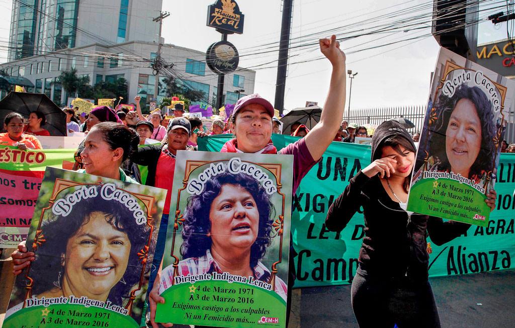 Kvinnor bär på plakat med bild på den mördade miljöaktivisten Berta Cáceres under en minneshögtid på Internationella kvinnodagen i Tegucigalpa i Honduras. Foto: Fernando Antonio/AP/TT.