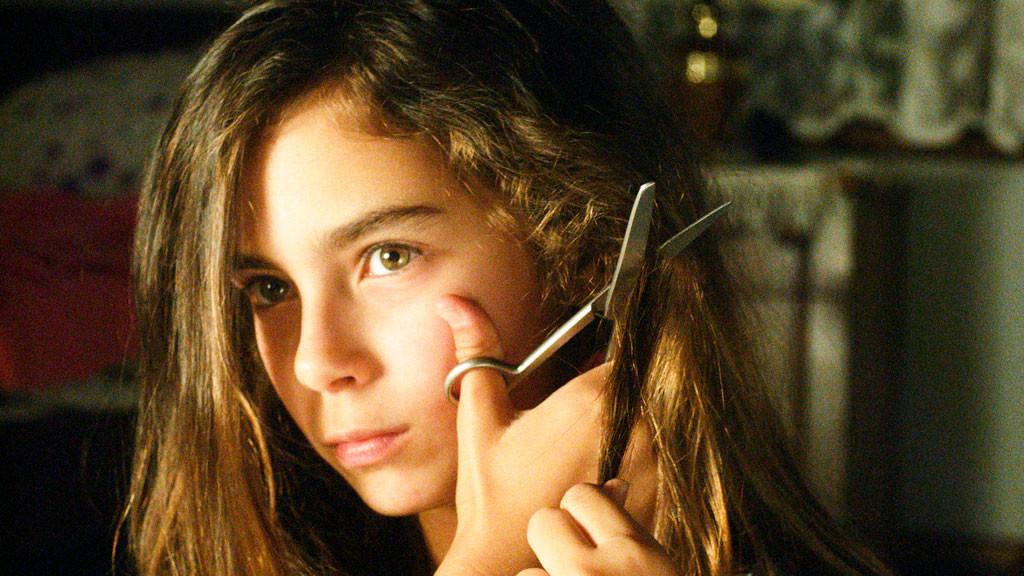 Den yngsta systern Lale gör uppror när hon ser att hennes äldre systrar blir bortgifta en efter en.
