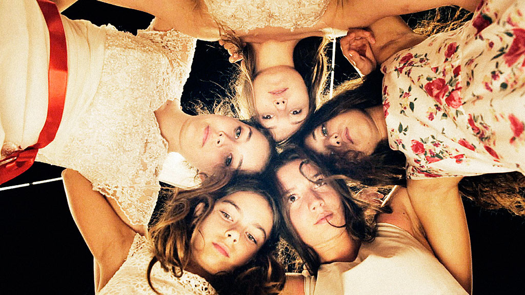 Filmen Mustang handlar om fem föräldralösa systrars vuxenblivande.