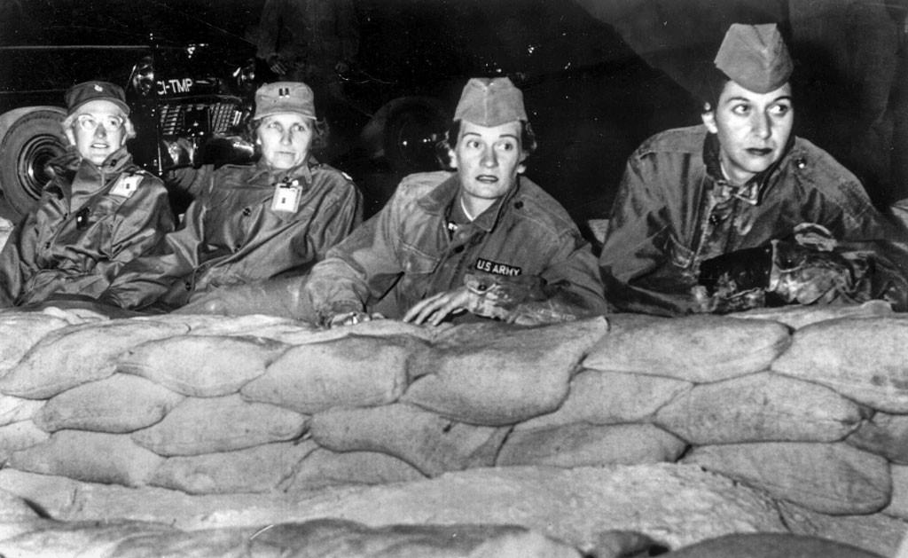 Sjukvårdare i USAs armé övervakar ett atomvapenprov i Nevadaöknen 1953. S-kvinnor i Skåne kräver att inga kärnvapen ska få tas in på svensk mark. Foto: TT.