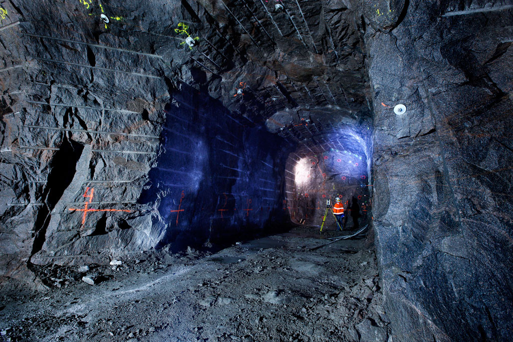 Inmätning av en ny tunnel på Äspölaboratoriet där en stor del av forskningen kring slutförvaret sker. Foto: Curt-Robert Lindqvist.