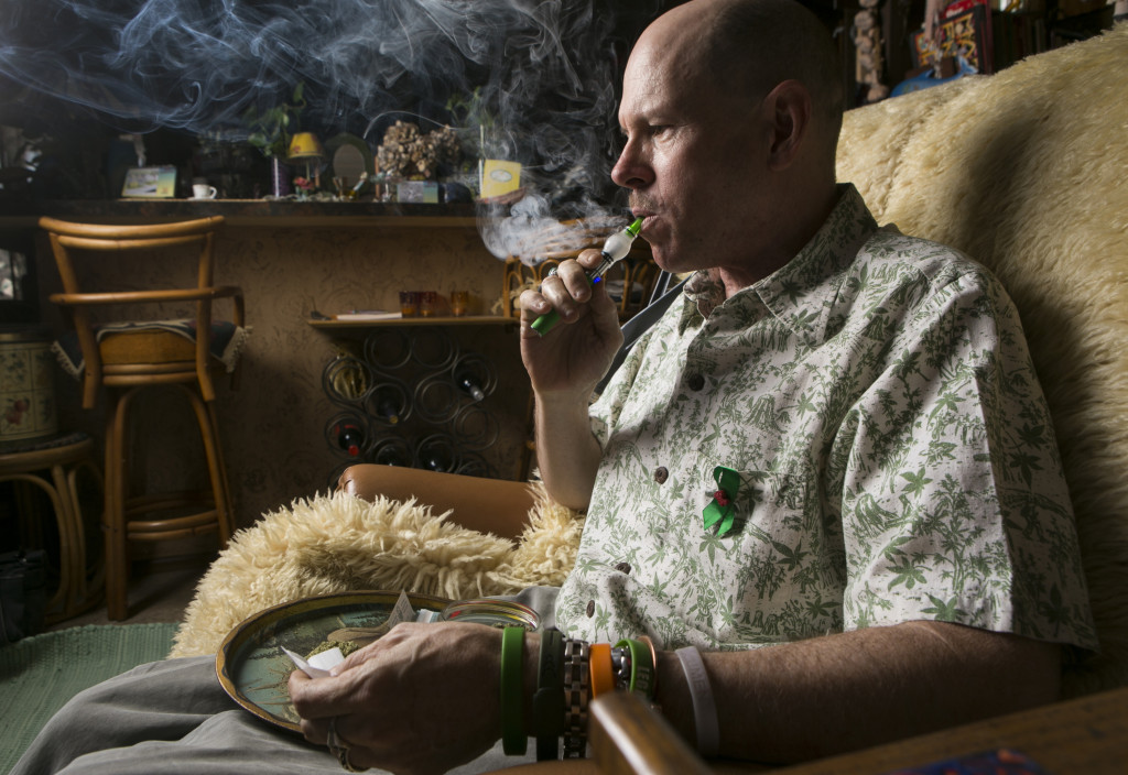 Bill Britt lindrar sin epilepsi och sina svåra smärtor med cannabis. Det får han göra eftersom han bor i Kalifornien, en av de 15 amerikanska delstater där medicinsk cannabis är tillåtet. Foto: Damian Dovarganes/AP/TT