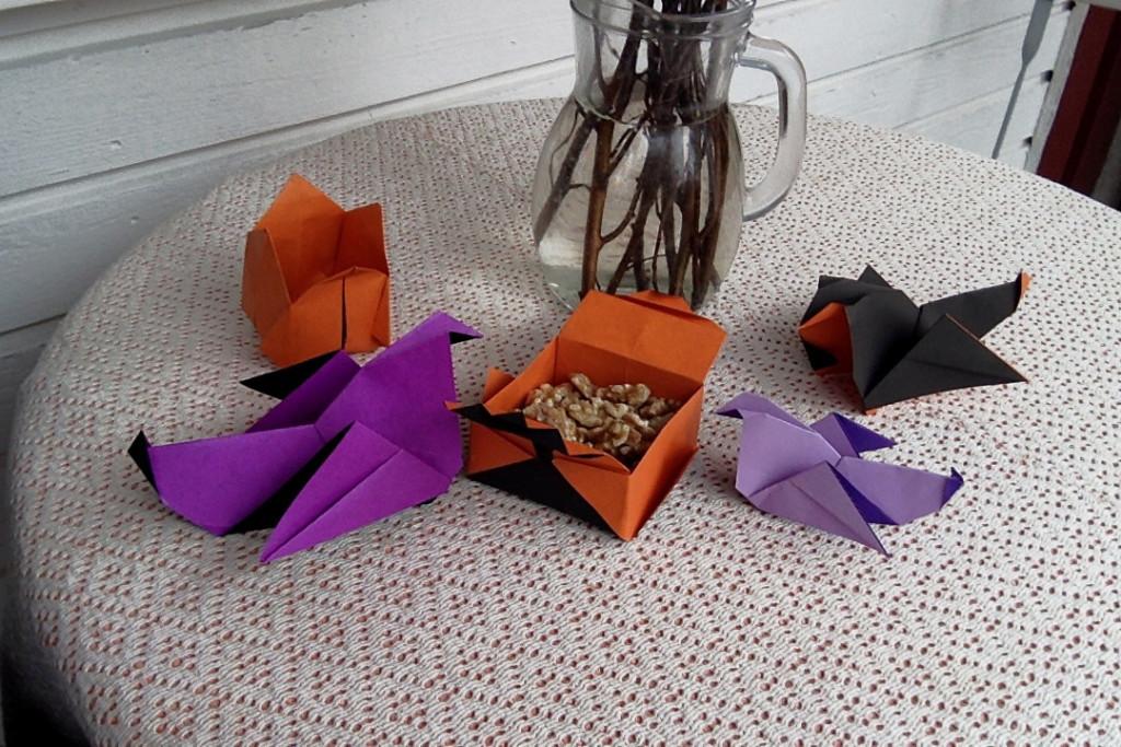 Hönor, en tulpan och en liten ask med nötter i origami. Foto: Malin Bergendal