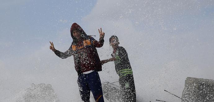 Livet under ockupation är otryggt – även för barnen som leker på stranden i Gaza city. Foto: Hatim Moussa/AP/TT