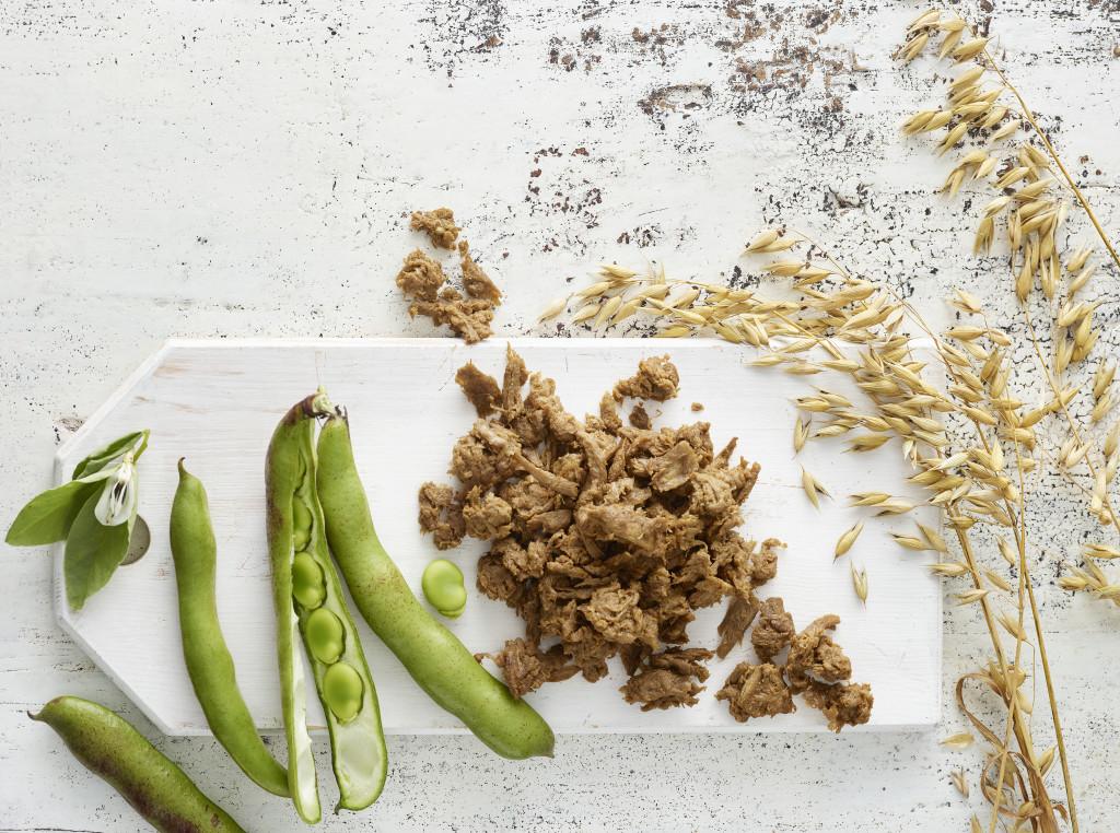 Havren och bondbönorna i den nya produkten Gold&Green är odlade i Sverige och Finland. Foto: Katri Kapanen.