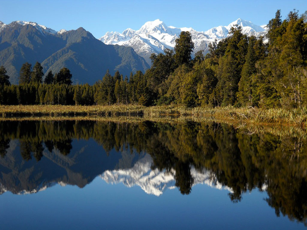 Berget Aoraki vid sjön Lake Matheson i Nya Zealand. Foto: AP Photo/Kathy Matheson.