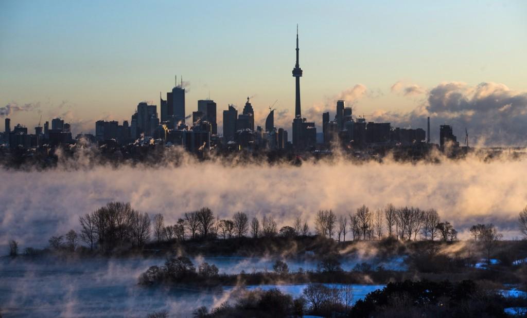 Dimman vilar tungt över Lake Ontario i Toronto, som tillhör provinsen Ontario. Foto: Mark Blinch/The Canadian Press via AP/TT.