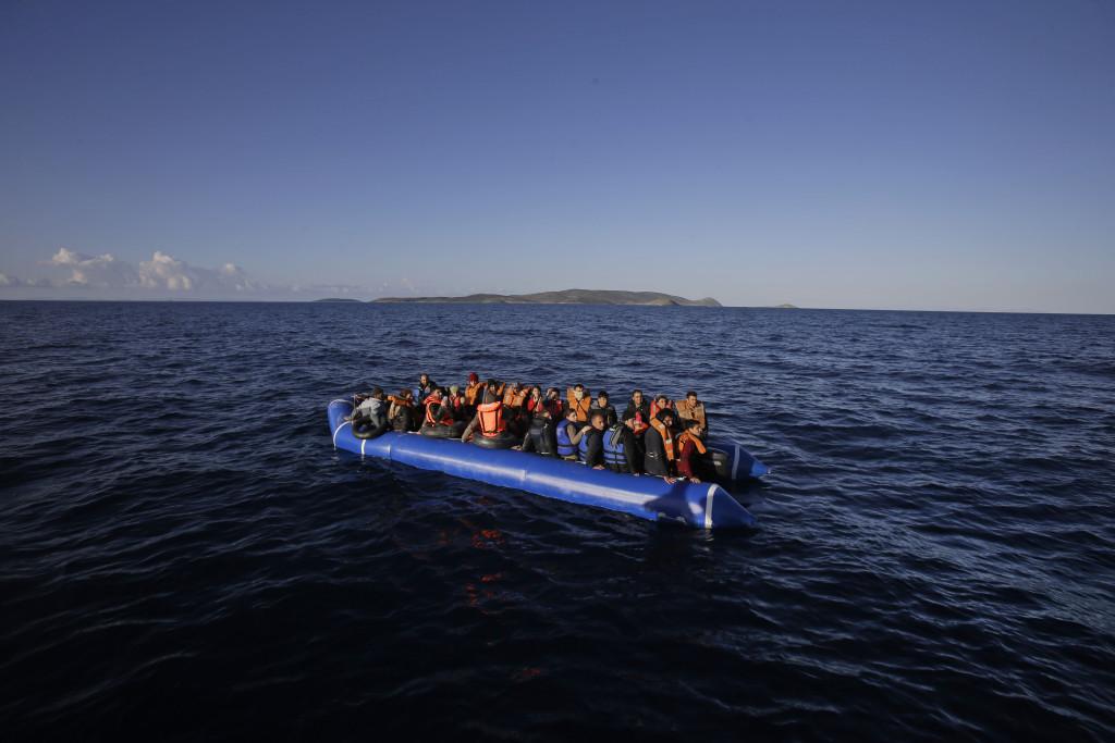 Här hjälper organisationen MOAS flyktingar i Grekland. Foto: AP Photo/Lefteris Pitarakis/TT.